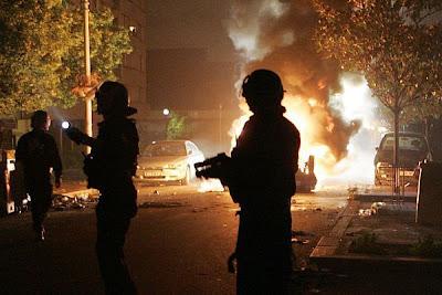 Carros queimados é a expressão da violência que irrompeu em Timor-Leste