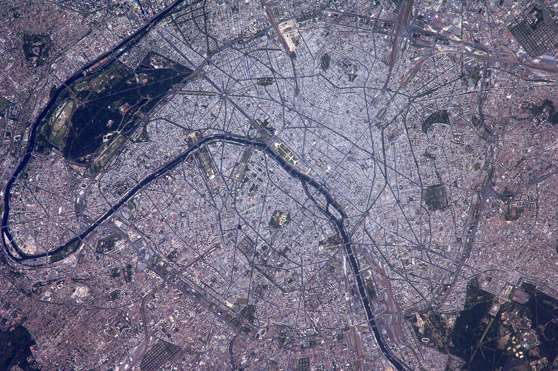 Париж  - вид из космоса