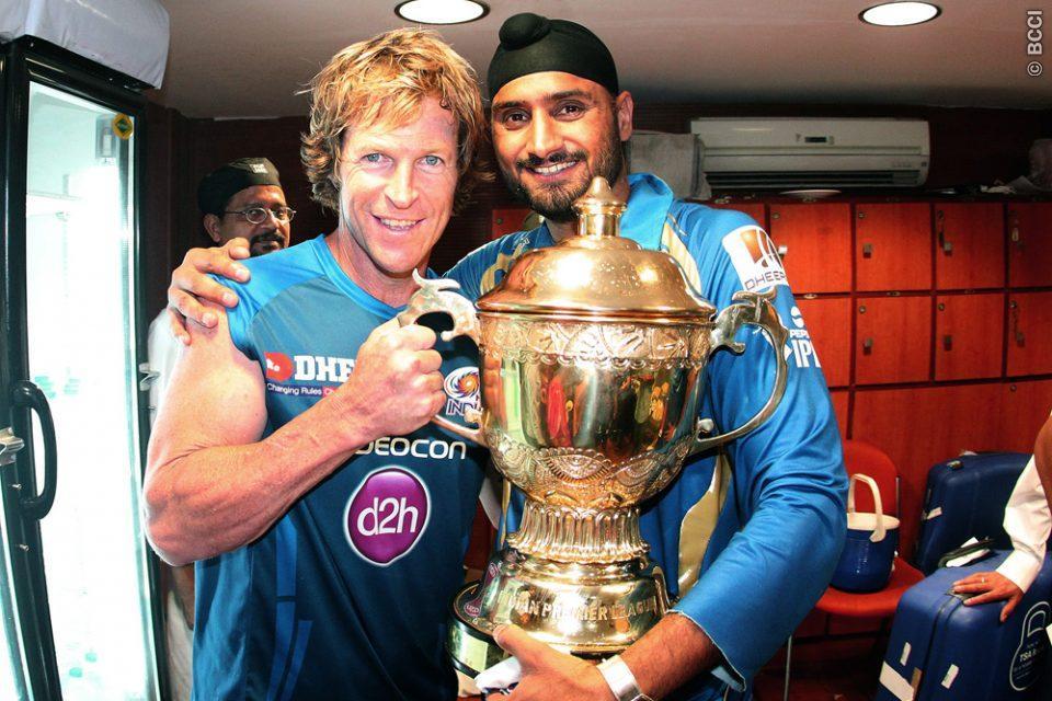 Jonty-Rhodes-Harbhajan-Singh-celebrates-MI-Win-IPL-2013