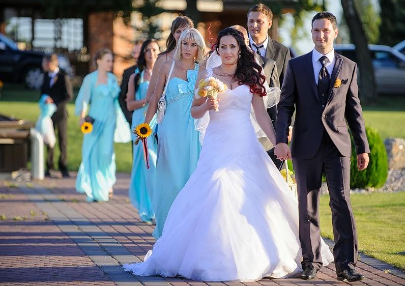 jaunavedžiai su vestuvių pulku