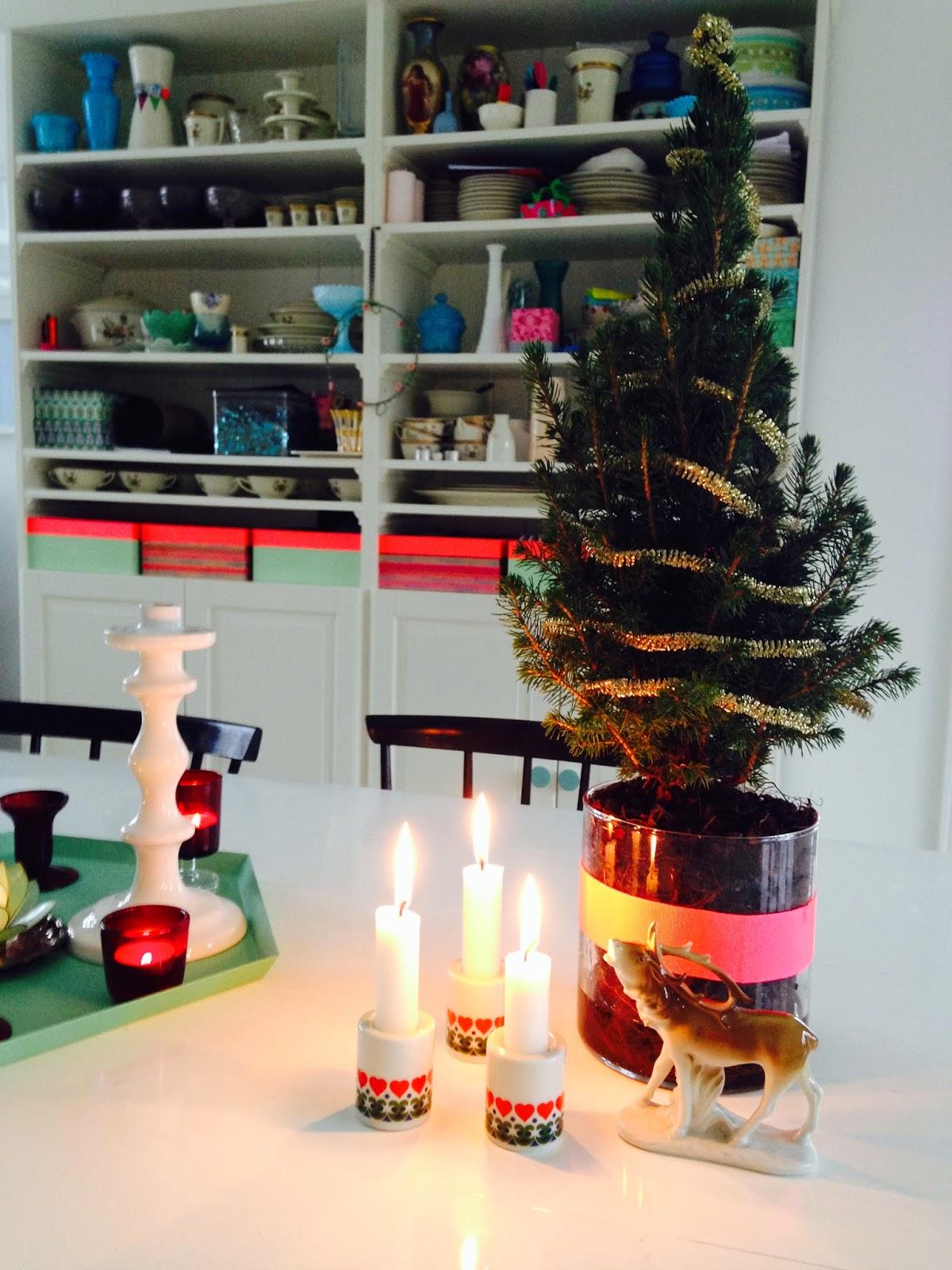 Et lille juletræ pyntet med en guld guirlande - juletræet er i en klar glasvase som jeg har pyntet med neon koral farvet grosgrainbånd i 38mm fra BettyP.dk