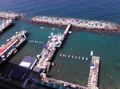 En Italia la mayoría de las playas son privadas, en la costa sorrentina también. Tienen su encanto, aunque si vas buscando arena aquí no la encontraras