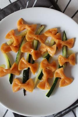 Pomarańczowe kokardki z cukinią