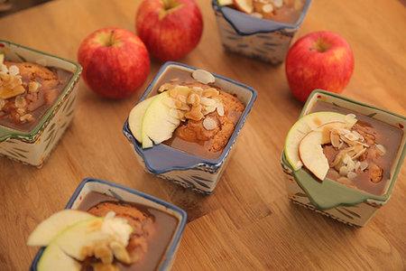 صورة كيك التفاح بالكراميل - منال العالم