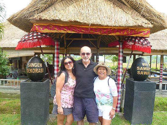 En la puerta del restaurante de Bali