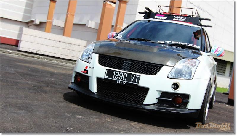 ideal. Inilah dia Suzuki Swift putih hitam dengan airbrush samurai title=