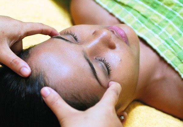 Cantik : Sehat Dan Cantik Dengan Terapi Totok Aura