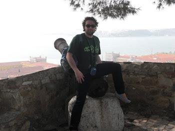 Sul cannone del castello di S. Jorge (2009)