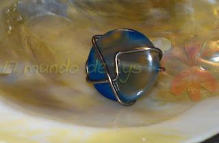 Anillo aluminio marrón y ágata azul tipo botón