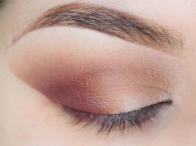 para resaltar ms este maquillaje de da usa sombra color rojizo granate maquilla en esa misma esquina del parpado difuminando bien las tonalidades que