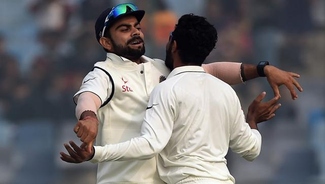 India's Ravindra Jadeja (R) celebrates with captain Virat Kohli (L) the dismissal of South Africa's captain Hashim Amla on the fifth day of the fourth Test match at the Feroz Shah Kotla stadium in New Delhi on December 7, 2015. (AFP Photo)