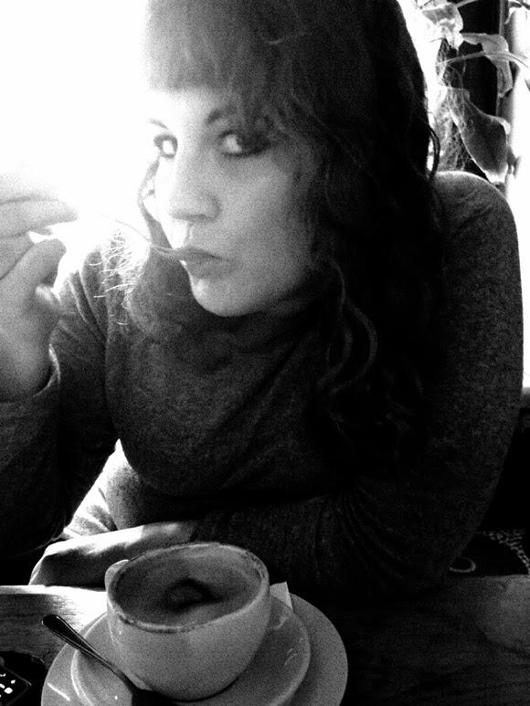 kaffeeschlürfend im Mano Cafe