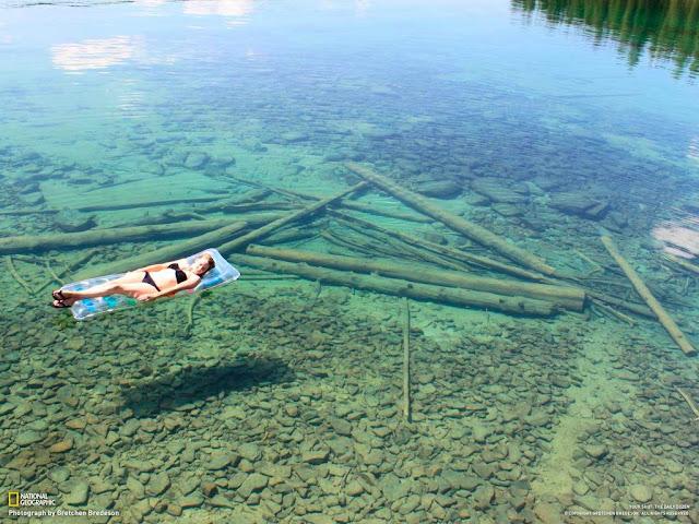 Lago con aguas cristalinas