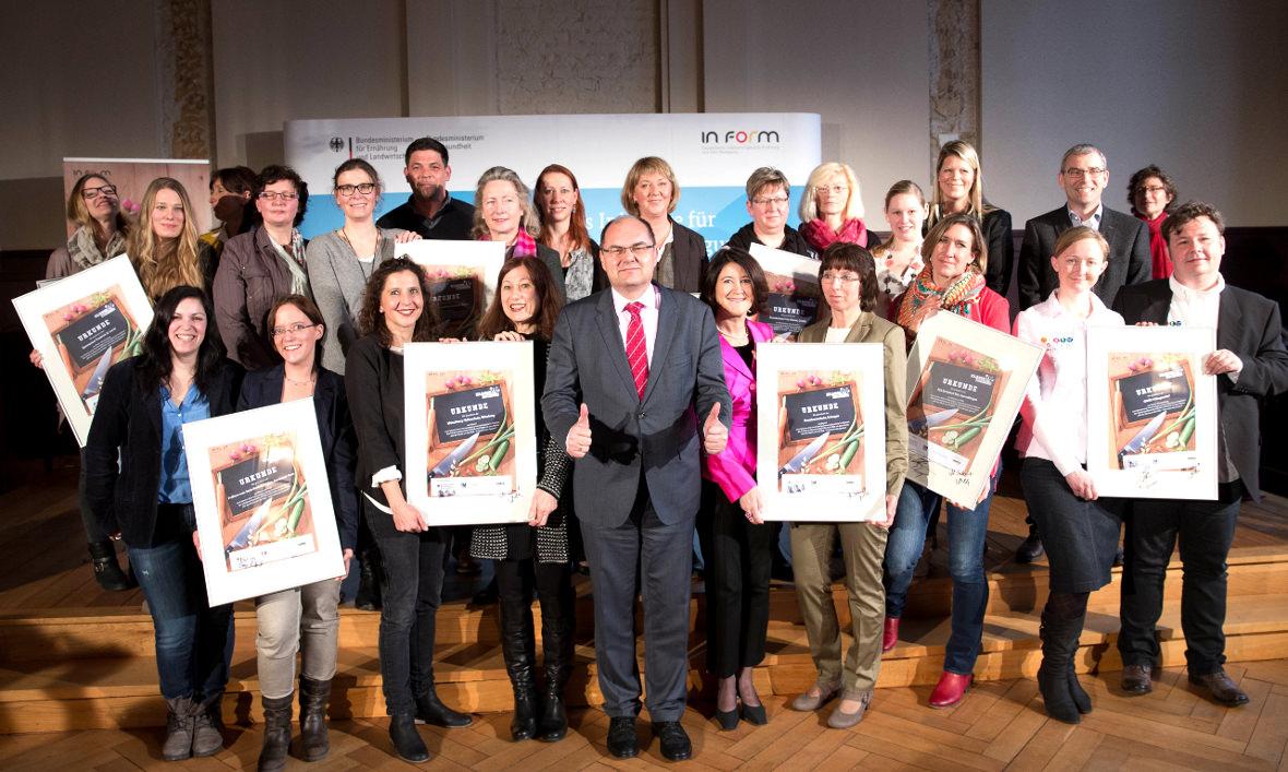 Bundesminister Christian Schmidt und die Partner des Wettbewerbs KLASSE, KOCHEN! mit den Gewinnerschulen 2014.