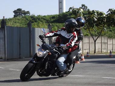 Di e sua esposa Andreza, concentração na curva e aproveitamento dos limites de sua Fazer 600