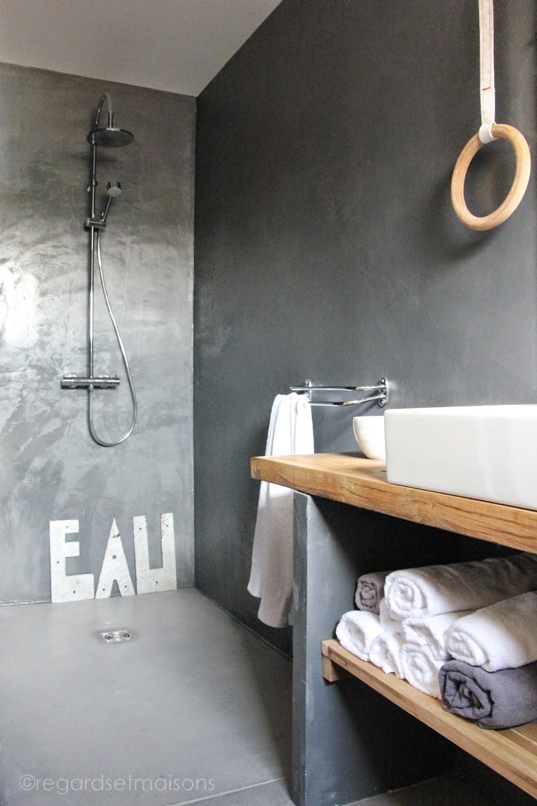 regardsetmaisons une planche en bois dans la salle de bain. Black Bedroom Furniture Sets. Home Design Ideas