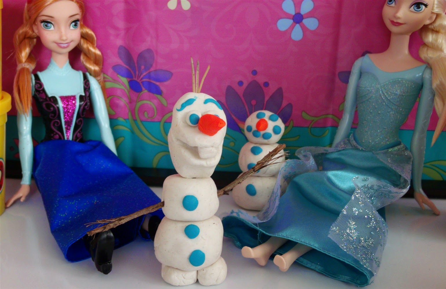 Disney Princess Elsa and Anna make Play Doh Olaf