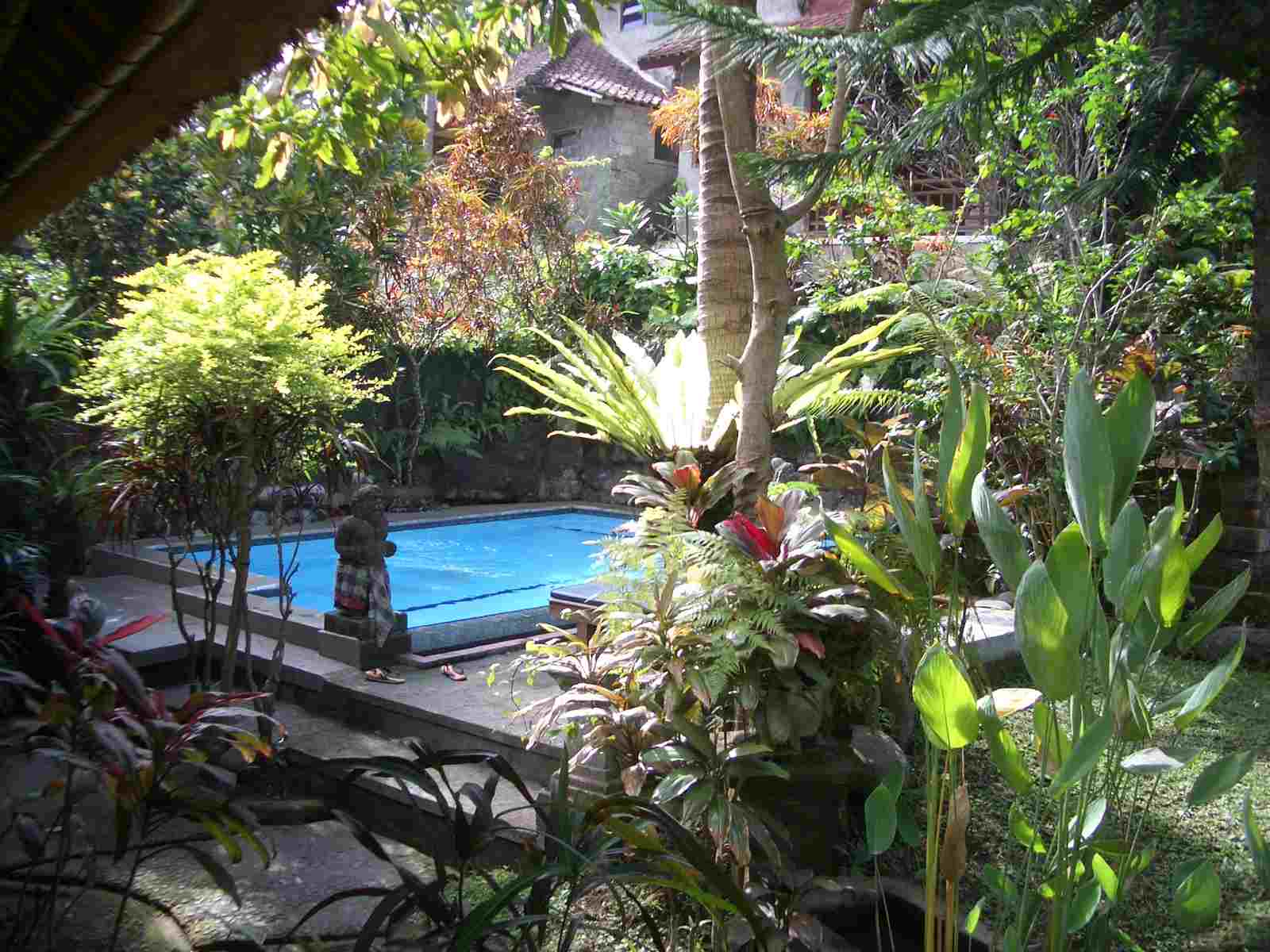 Karunia bali holiday gusti garden bungalows for Garden pool bungalow
