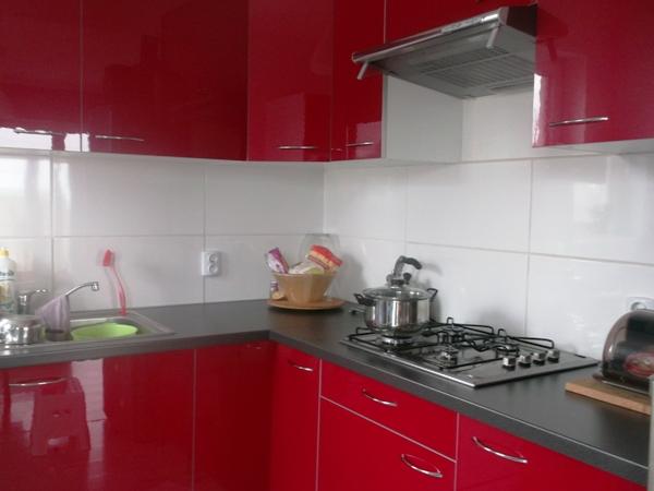 kuchnia ikea, czerwony połysk, aranżacja, ciemny blat