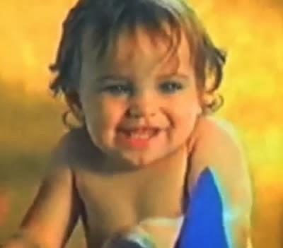 Bebês fofos em comercial das Fraldas Huggies nos anos 90.