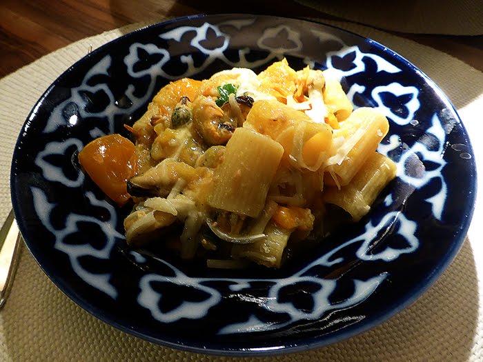 Mezzi rigatoni con pomodorini gialli, pecorino e cozze