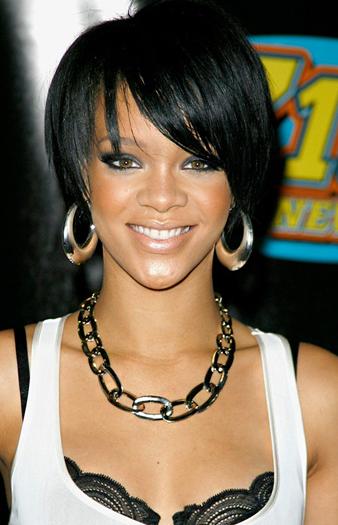 Rihanna kulak hizası saç kesim modeli ve Rihanna siyah saç rengi ile yaşına göre çok daha küçük görünmektedir.