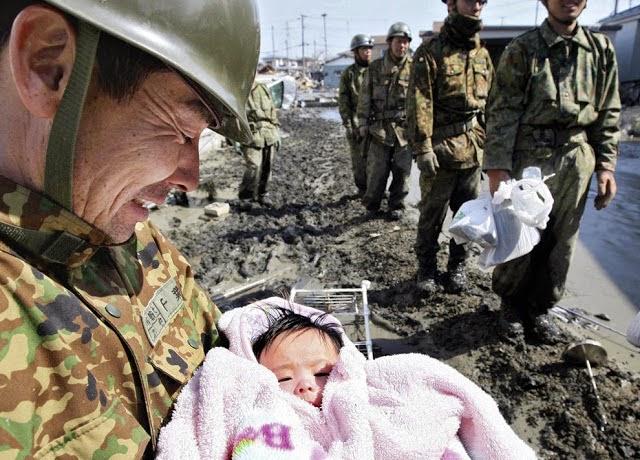 20 Foto Penuh Emosi Yang Membuat Terharu Bayi Selamat Dari Tsunami