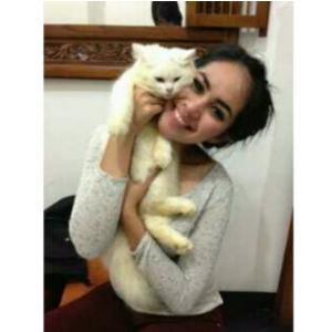 Foto cantik Kartika Putri bersama kucing