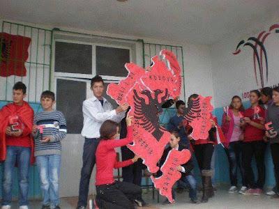 I bambini di una scuola albanese creano per gioco la Grande Albania