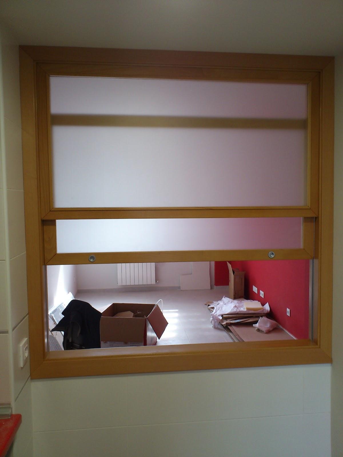 Muebles a medida ventana de guillotina entre cocina y salon for Ventanas de aluminio para cocina