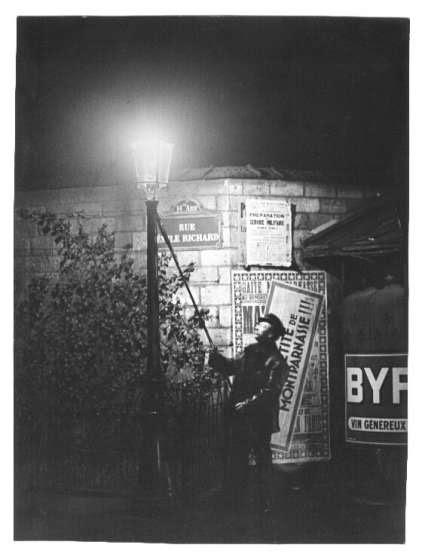 Brassai: L'allumeur du bec de gaz, Boulevard Edgar Quinet, Paris 1931-32