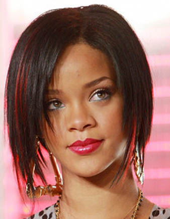 Rihanna siyah küt saçlarına kırmızı balyaj attırmıştır.