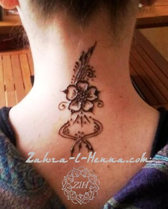 tatoo fleur nuque