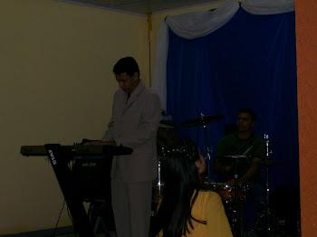 Ministrando Louvor a Deus.