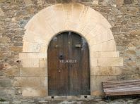El portal adovellat de la façana principal del mas Vilageliu