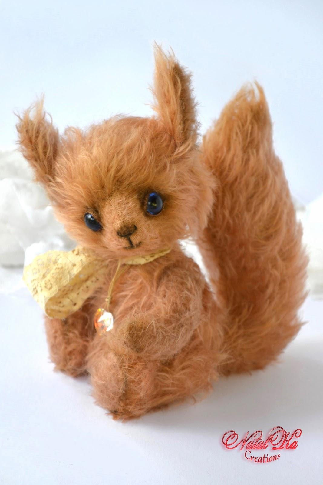 Artist teddy squirrel handmade by NatalKa Creations. Künstler Eichhörnchen handgemacht von NatalKa Creations.