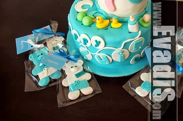Picture of teddy bear cookies with cake