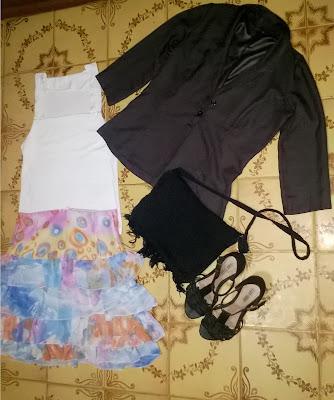 Look: blusa de malha com Lycra branca,blazer cinza ¾, saia de Babado Estampada em cintura alta, sandália de salto de 10 Cm e uma bolsa em Crochê Preta.