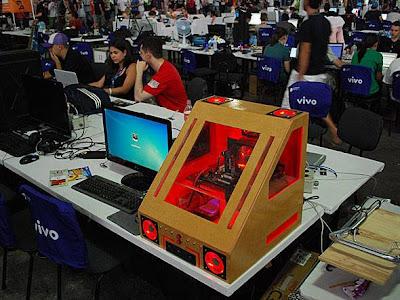 case mod carro vermelho no Campus Party Brasil 2012