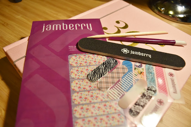 http://www.ellenrozalia.com/2015/10/on-desk-beauty-jamberry-nails.html