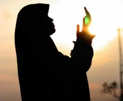 Gambar DP BBM Doa Islami Ibu Berdoa untuk Anak Suami Tercinta