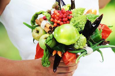 A fleur d 39 eux bouquet de mariage fruits et l gumes - Composition florale avec fruits legumes ...