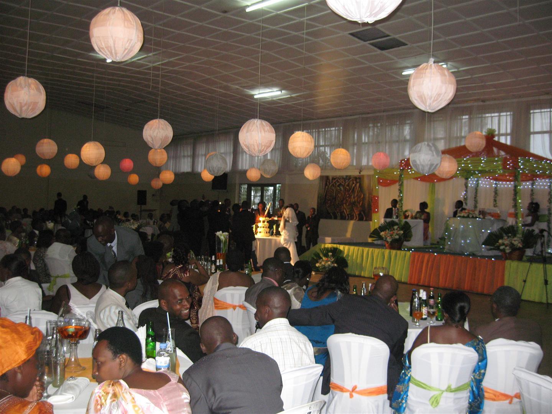 Stephen and mary rwanda wedding in kigali cutting the cake junglespirit Image collections