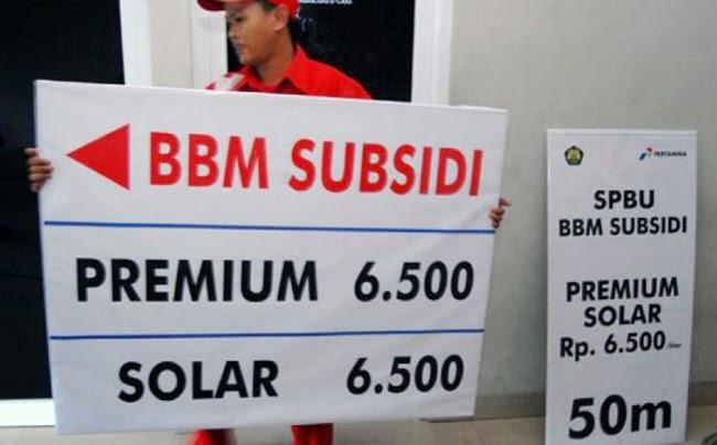 Keputusan pemerintah Jokowi untuk menaikan harga BBM, sontak menuai gelombang penolakan masyarakat dari berbagai kalangan. Dua minggu sejak keputusan itu ditetapkan, gelombang penolakan masih terjadi di berbagai daerah. Seperti biasa, kenaikan harga BBM senantiasa diikuti kenaikan harga barang-barang lain. Kenaikannya sangat tidak sebanding dengan kompensasi yang diberikan pemerintah. Di sisi lain, alasan pemerintah sangat tidak logis dan sekedar untuk menutupi alasan sesungguhnya, yakni demi menjaga kepentingan asing. Oleh sebab itu, wajar bila kebijakan ini dinilai sebagai kebijakan yang zhalim, bohong, dan khianat.