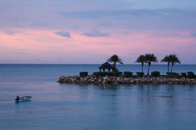 Atardecer en el complejo hotelero Blue Waters en Antigua