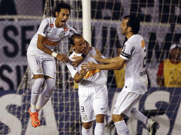 O lateral Léo (centro) converteu a última cobrança santista e foi festejado por Neymar e Edu Dracena