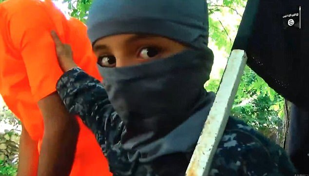 Νέο προπαγανδιστικό βίντεο του ISIS: Ανήλικα αγόρια κόβουν με χατζάρες χέρια και κεφάλι «κατασκόπου»!