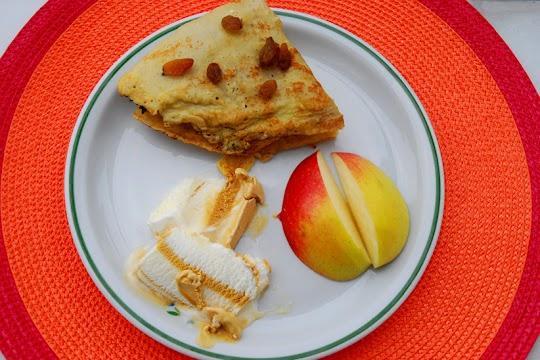 Naleśniki z prażonym jabłkiem i lodami