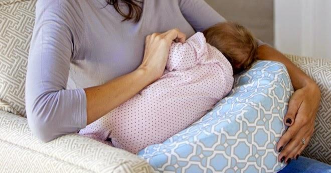 posisi menyusui bayi dengan menggunakan bantal