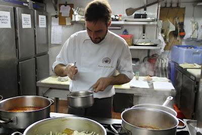 Miguel ángel de la cruz cocinando. Blog Esteban Cadpevila
